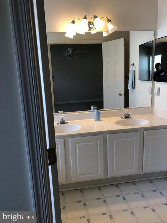 Master bathroom with two sinks - 6616 HUNTER CREEK LN, ALEXANDRIA