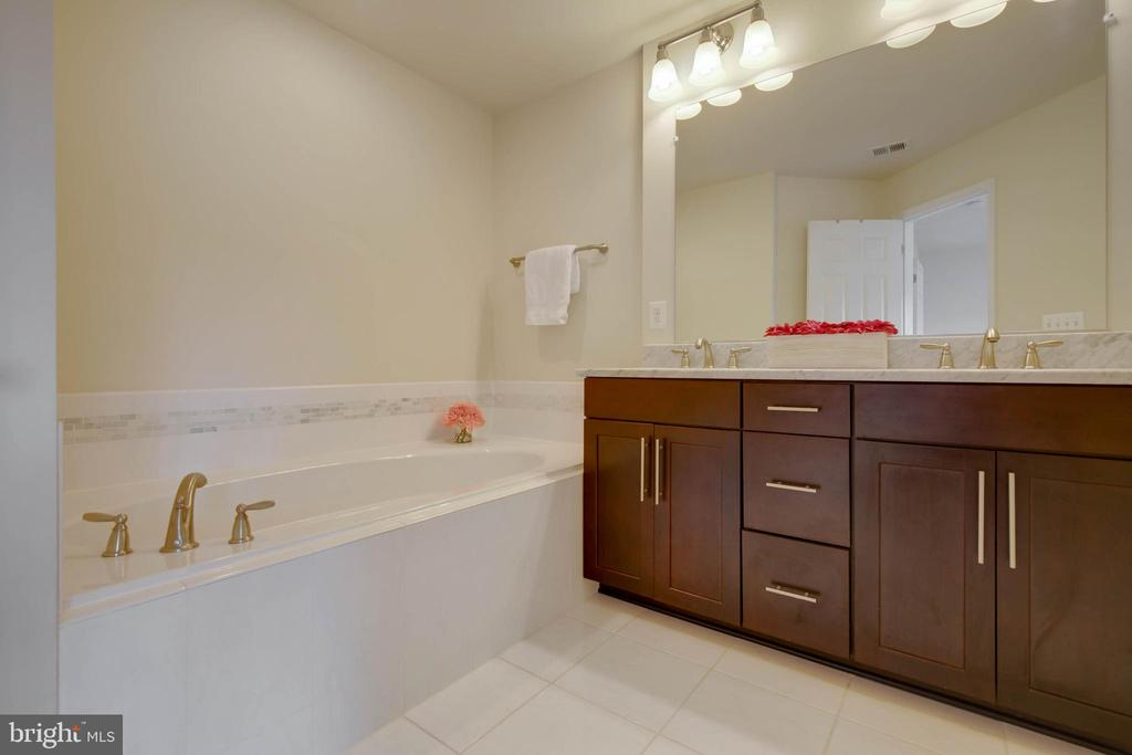Master bathroom double sink, soaking tub - 6255 CASDIN DR, ALEXANDRIA