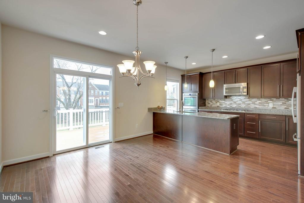 Eat-in kitchen w/ deck for grilling and lounging - 6255 CASDIN DR, ALEXANDRIA