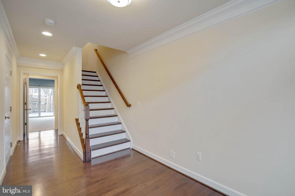 Entry foyer with room for a table or bench - 6255 CASDIN DR, ALEXANDRIA