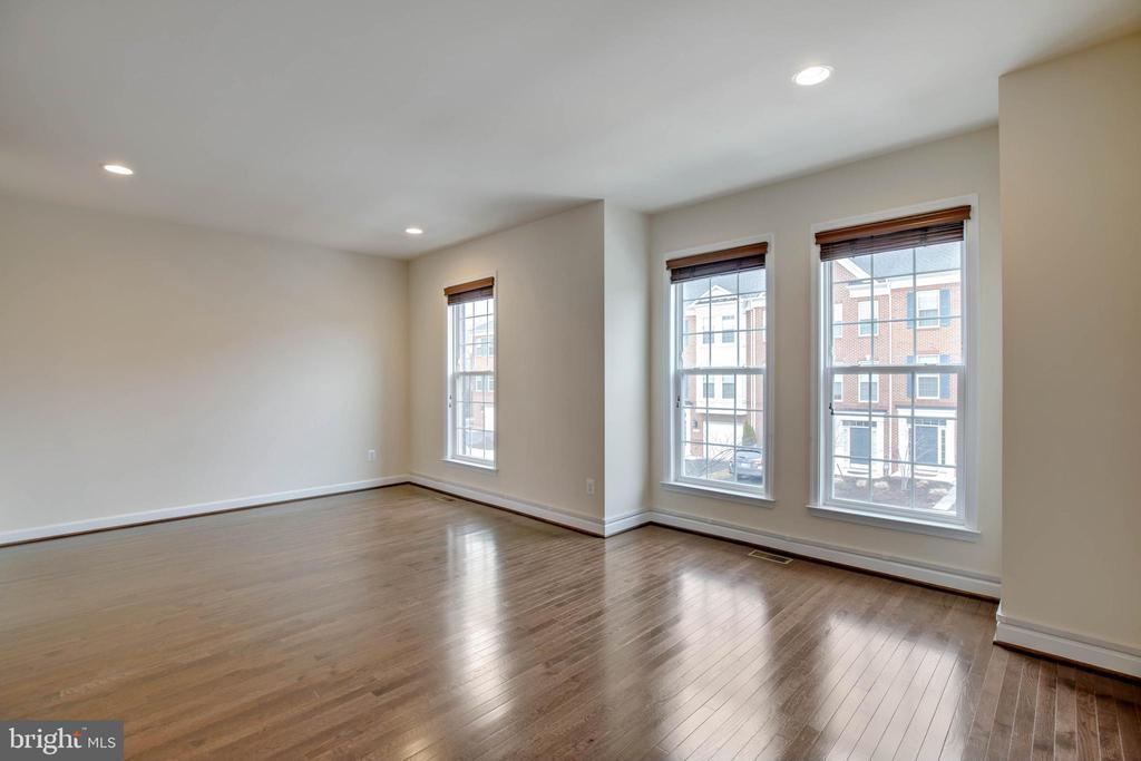 Large living room w/ hardwoods - 6255 CASDIN DR, ALEXANDRIA