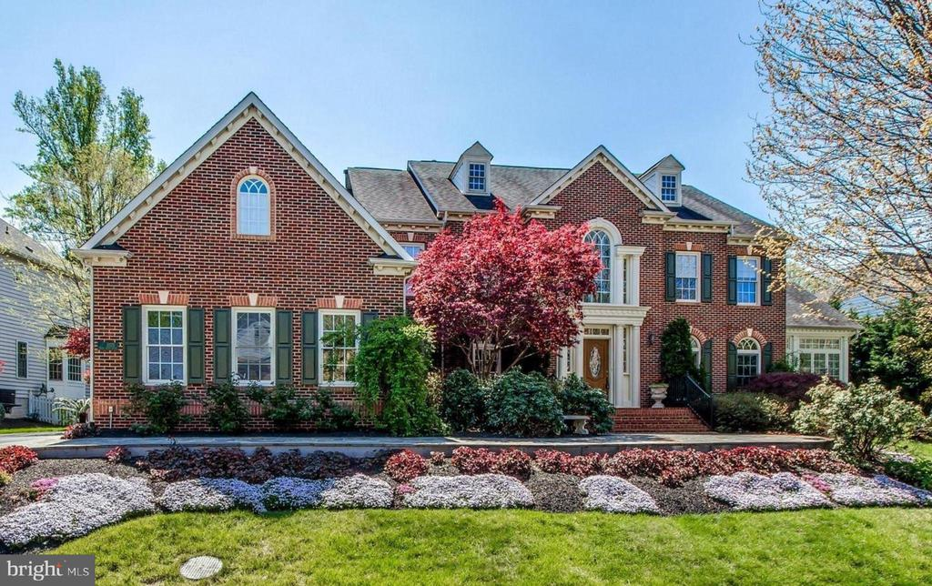Incredible flowers in the spring and summer! - 1075 CEDAR CHASE CT, HERNDON