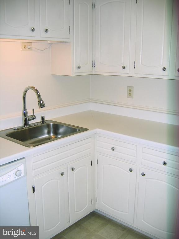 Kitchen view 4 - 125 S CLUBHOUSE DR SW #8, LEESBURG