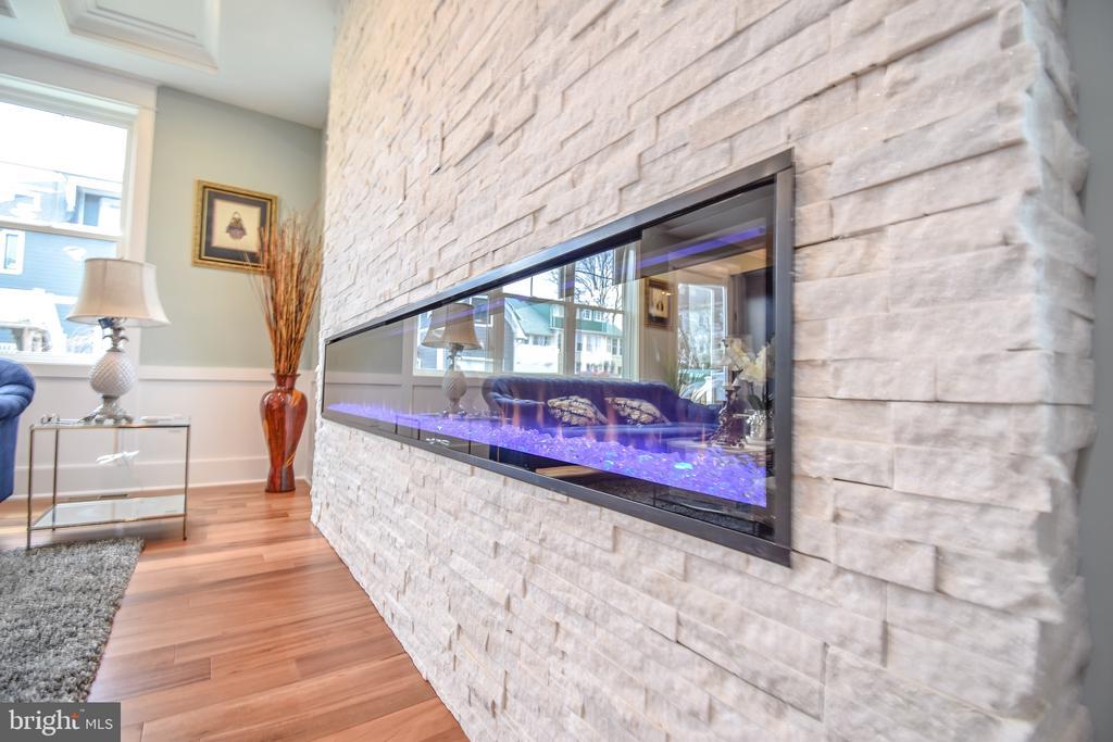 8' fireplace - 1812 N BARTON ST, ARLINGTON