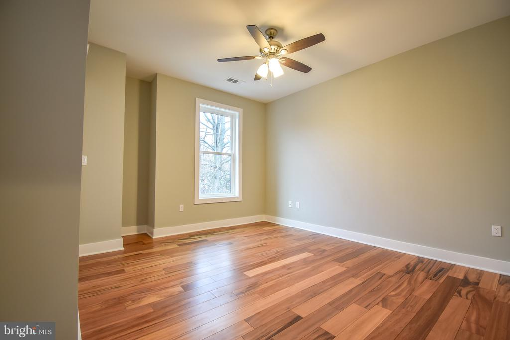 Bedroom 3 with Jack and Jill Bath - 1812 N BARTON ST, ARLINGTON