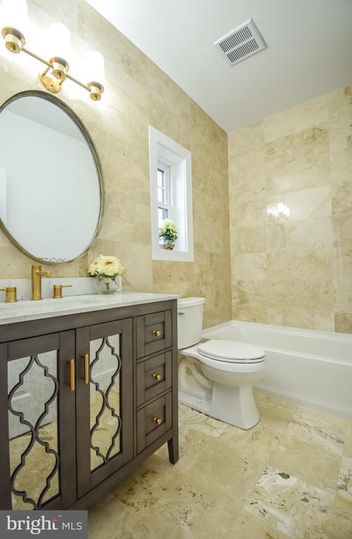 2nd Master Full Bathroom - 1812 N BARTON ST, ARLINGTON