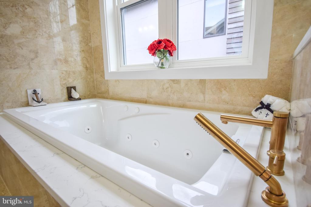 Jetted Tub with Antique Gold Fixtures - 1812 N BARTON ST, ARLINGTON