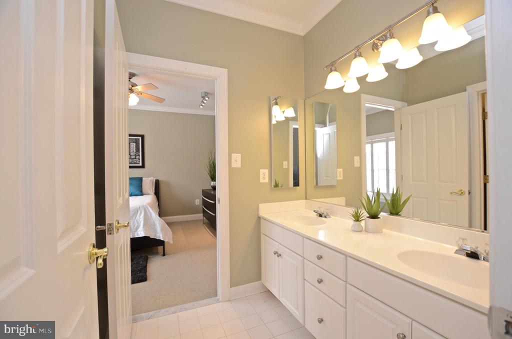 Jack and Jill Bathroom - 22764 HIGHCREST CIR, BRAMBLETON