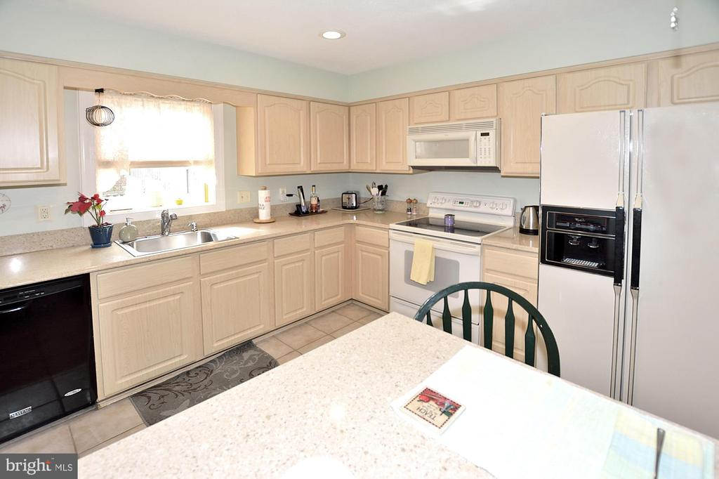 Newer cabinets and quartz counters - 15700 CRANBERRY CT, DUMFRIES