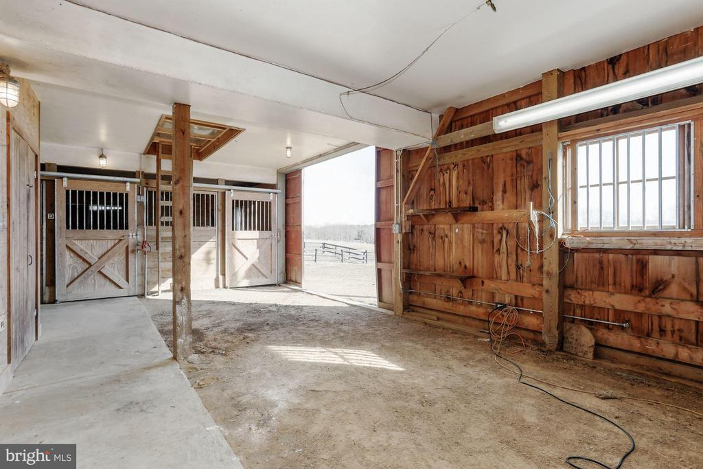 3-stall barn open to paddocks - 36913 PAXSON RD, PURCELLVILLE