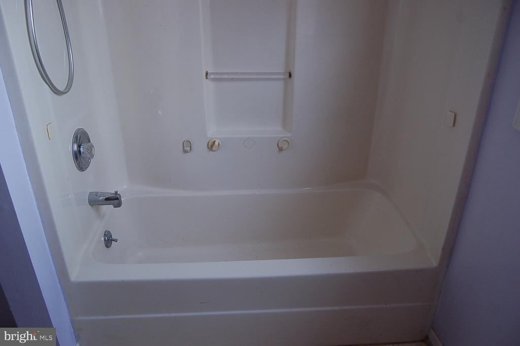 Upstairs full hall bath - 7003 SOULIER LN, FREDERICKSBURG