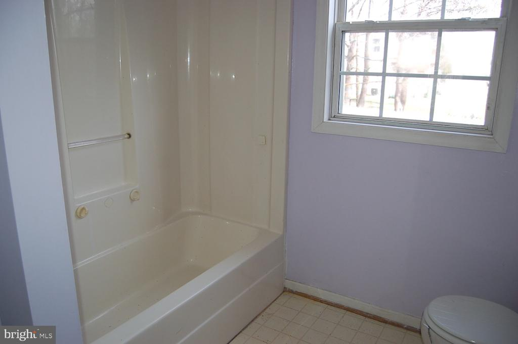Upstair full hall bath - 7003 SOULIER LN, FREDERICKSBURG