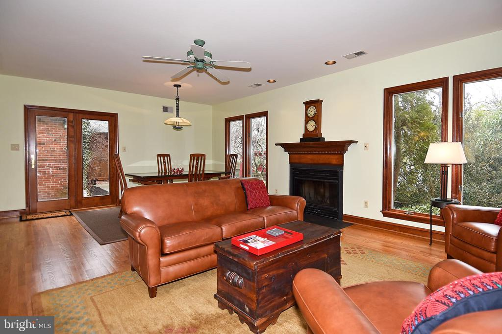 Family Room with Hardwood Flooring - 2259 N WAKEFIELD ST, ARLINGTON