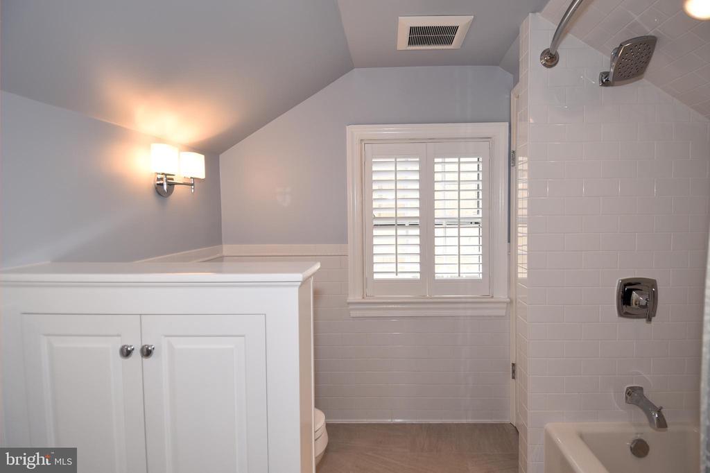 Renovated Master Bath - 2259 N WAKEFIELD ST, ARLINGTON