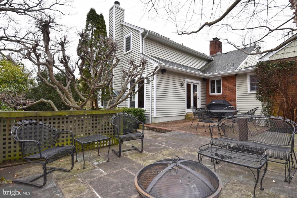 Georgetown Patio with Fire Pit - 2259 N WAKEFIELD ST, ARLINGTON
