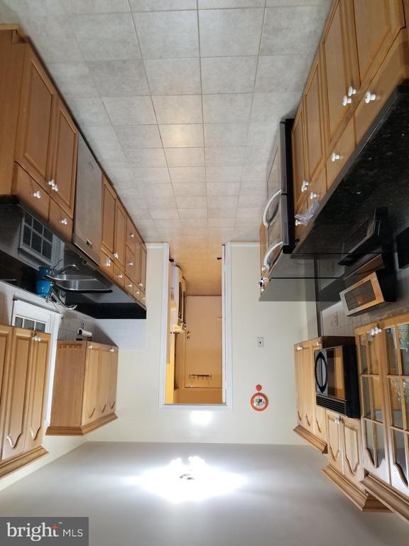 main kitchen - 9100 MEADOW RUE LN, ANNANDALE