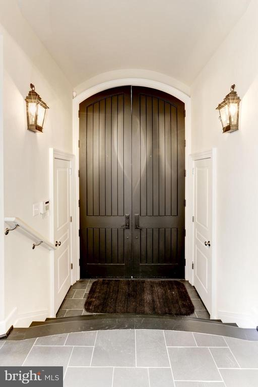 Foyer w/2 guest closets and barrel vaulted ceiling - 208 MCHENRY ST SE, VIENNA