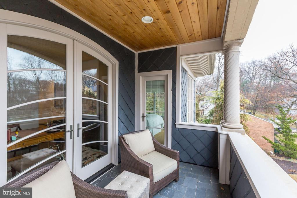 balcony w/ access from master suite - 208 MCHENRY ST SE, VIENNA