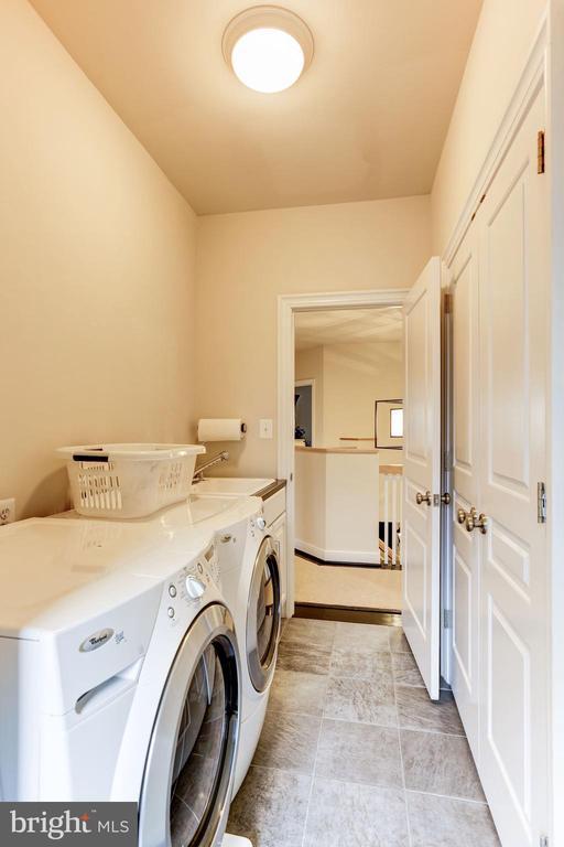 upper level laundry /w storage closet & extra room - 208 MCHENRY ST SE, VIENNA