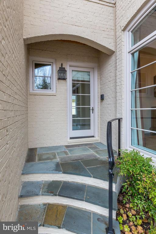 front, side entry - 208 MCHENRY ST SE, VIENNA