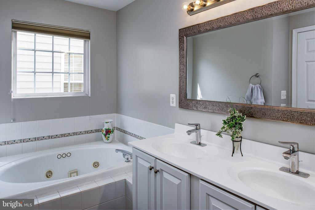 Jacuzzi tub in master - 6857 ROLLING CREEK WAY, ALEXANDRIA