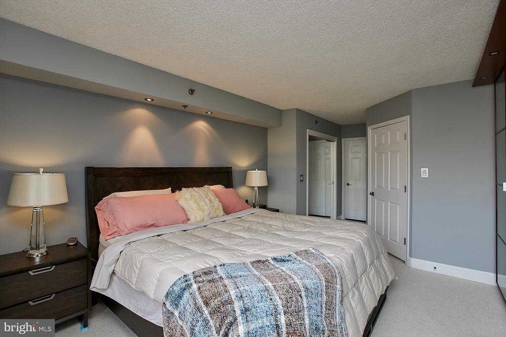 2nd closet with mirrored  doors - 1276 N WAYNE ST #418, ARLINGTON