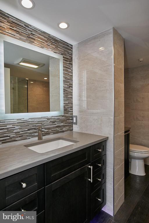 Renovated master bath - 1276 N WAYNE ST #418, ARLINGTON