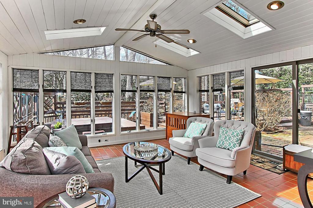 All season sun room - 8235 TOLL HOUSE RD, ANNANDALE