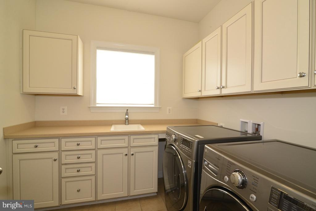 Laundry Room Main Level - 22333 PASTURE ROSE PL, BROADLANDS