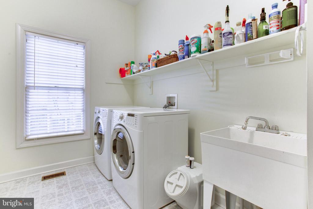 Laundry Room on Main Level - 47297 OX BOW CIR, STERLING