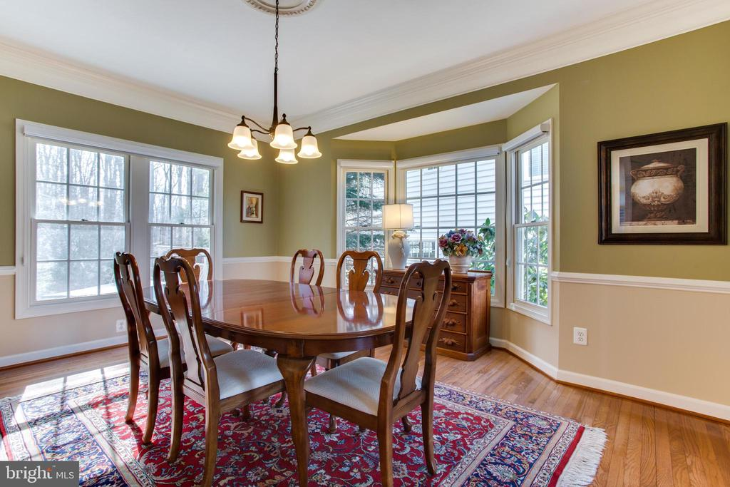 Bay Window in Dining Room w/ Chair & Crown Rail - 47297 OX BOW CIR, STERLING