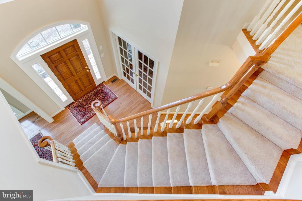 Curved Staircase - 47297 OX BOW CIR, STERLING