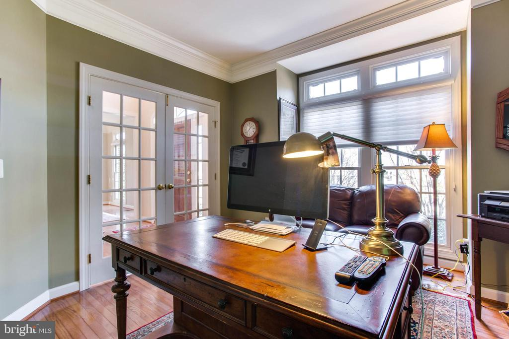 Main Level Office w/ HWFs and Box Bay Window - 47297 OX BOW CIR, STERLING