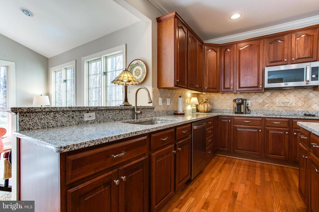 Spacious Eat-In Kitchen - 47297 OX BOW CIR, STERLING