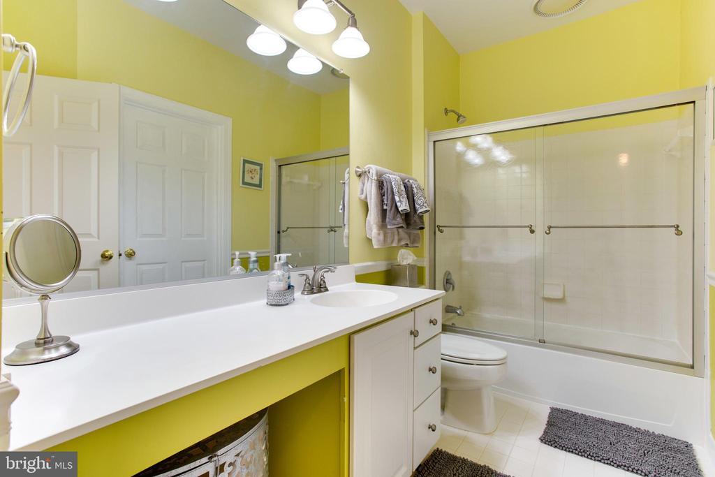 Upper Level Hall Bath - 47297 OX BOW CIR, STERLING