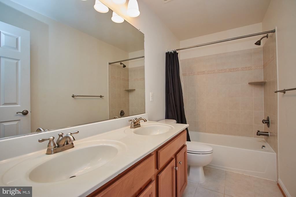 Full bathroom - 8828 HEPNER CT, BRISTOW