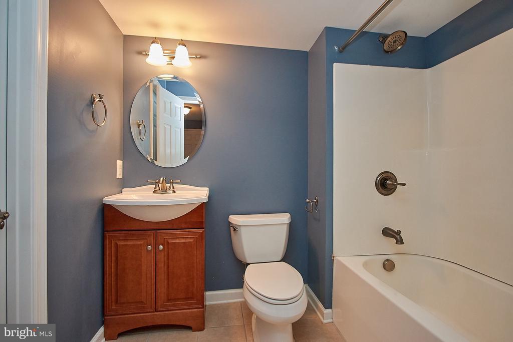 Full bathroom in basement - 8828 HEPNER CT, BRISTOW