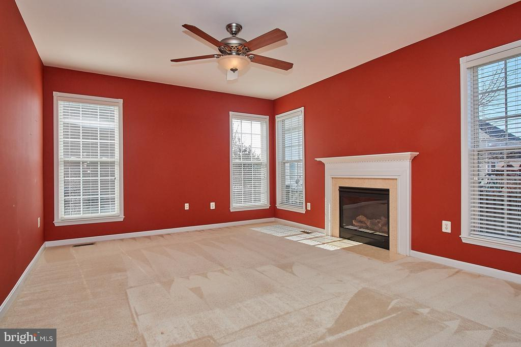 Family Room with gas fireplace - 8828 HEPNER CT, BRISTOW