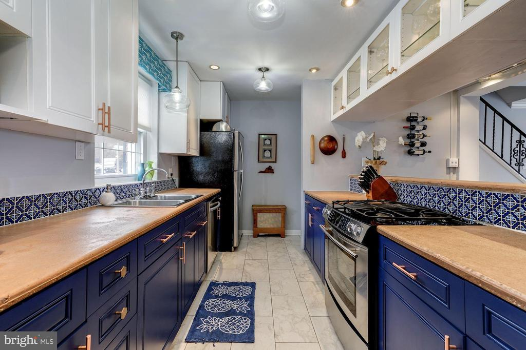 Kitchen - Custom Cabinetry, Gas Cooking, SS Apps! - 42 KENNEDY ST, ALEXANDRIA