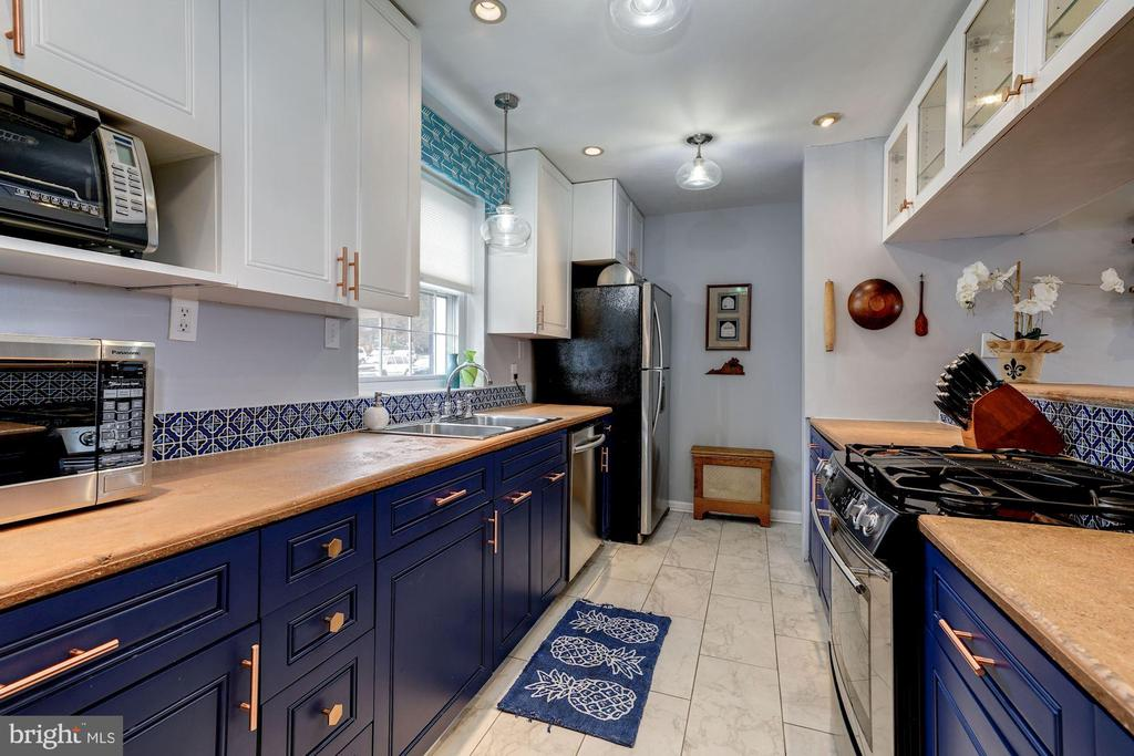 Kitchen - Concrete Counter Tops, Upgraded Hardware - 42 KENNEDY ST, ALEXANDRIA