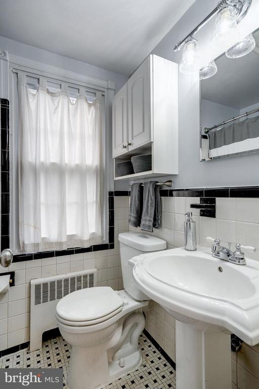 Full Bathroom #1 - Upgraded Light Fixture - 42 KENNEDY ST, ALEXANDRIA