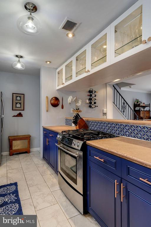 Kitchen - Beautiful Glass Display Cabinetry! - 42 KENNEDY ST, ALEXANDRIA