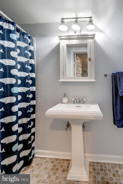 Full Bathroom #2 - Upgraded Light Fixture! - 42 KENNEDY ST, ALEXANDRIA
