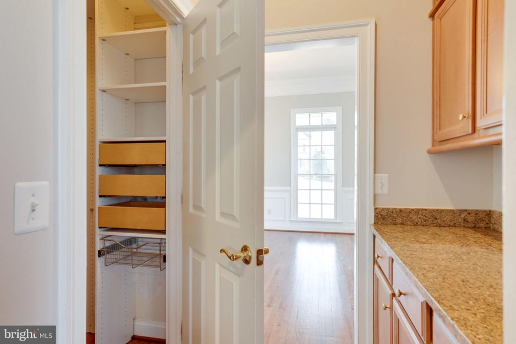 Butlers pantry with built-ins - 9004 ADAMS CHASE CIR, LORTON