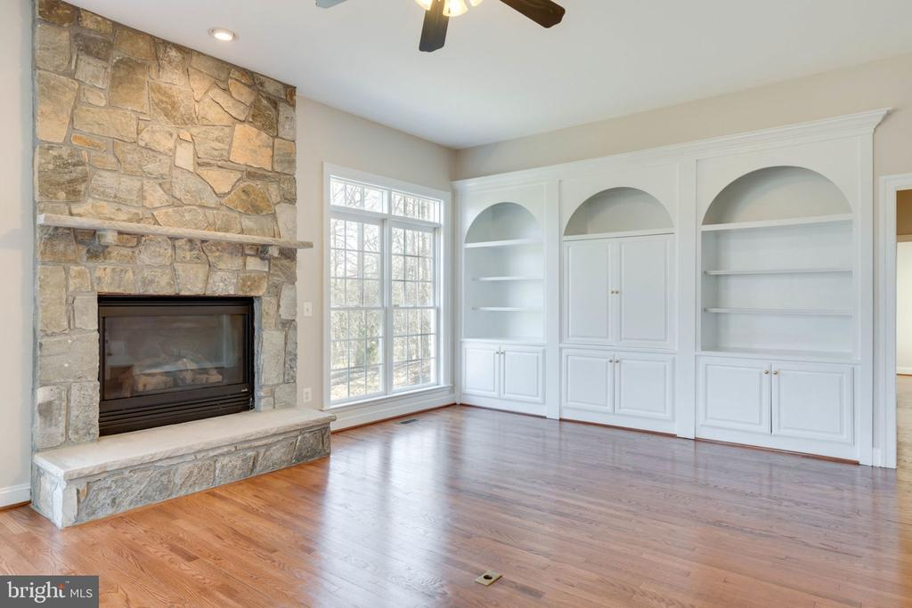 Lovely family room with built-ins off kitchen - 9004 ADAMS CHASE CIR, LORTON