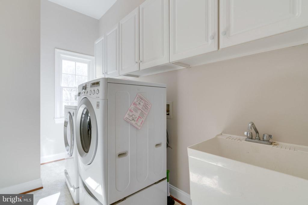 Convenient main level laundry - 9004 ADAMS CHASE CIR, LORTON