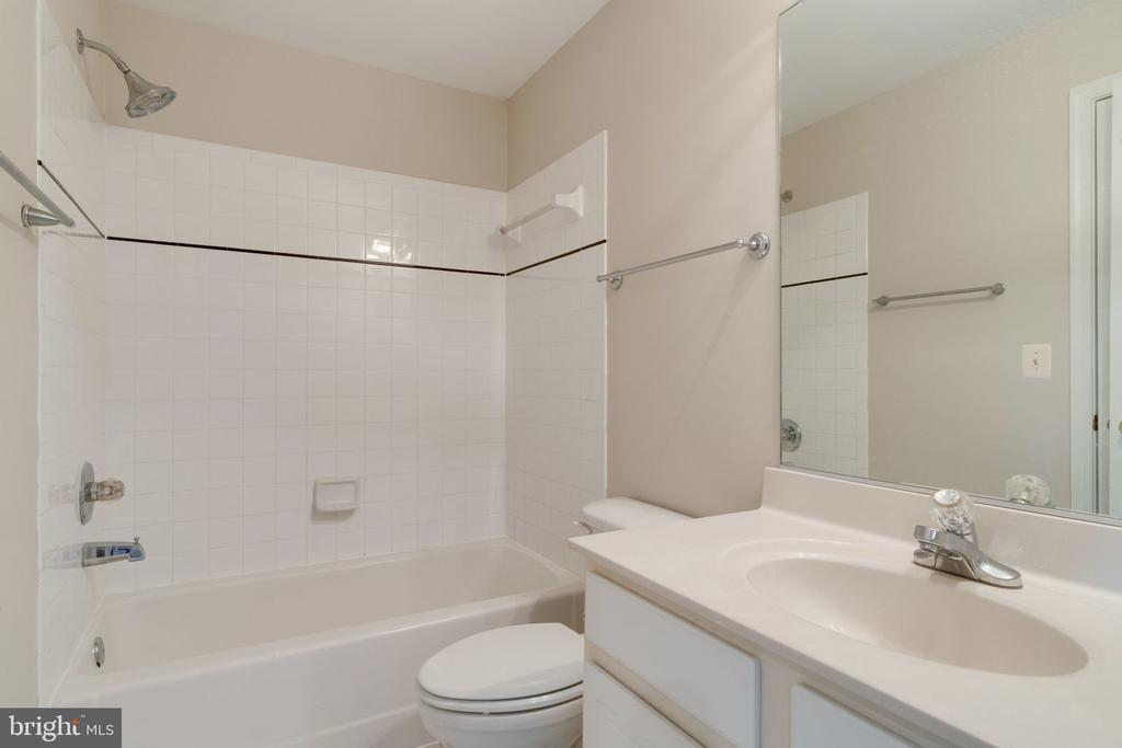 Lower level full bath - 9004 ADAMS CHASE CIR, LORTON