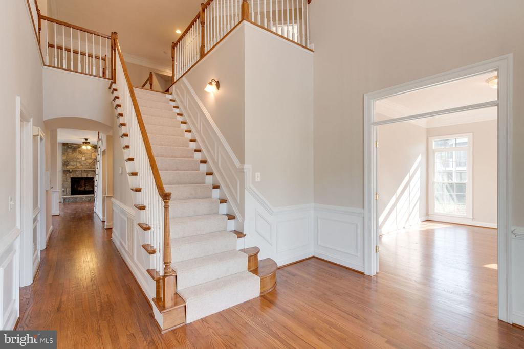 Grand staircase - 9004 ADAMS CHASE CIR, LORTON