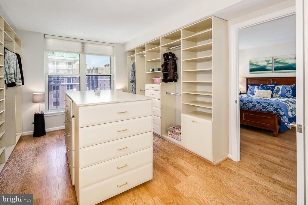 Walk-in closet/dressing area with built-ins - 900 N TAYLOR ST #1929 AND 1931, ARLINGTON