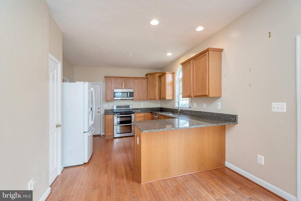 Kitchen with breakfast bar - 4111 DERBYSHIRE LN, FREDERICKSBURG